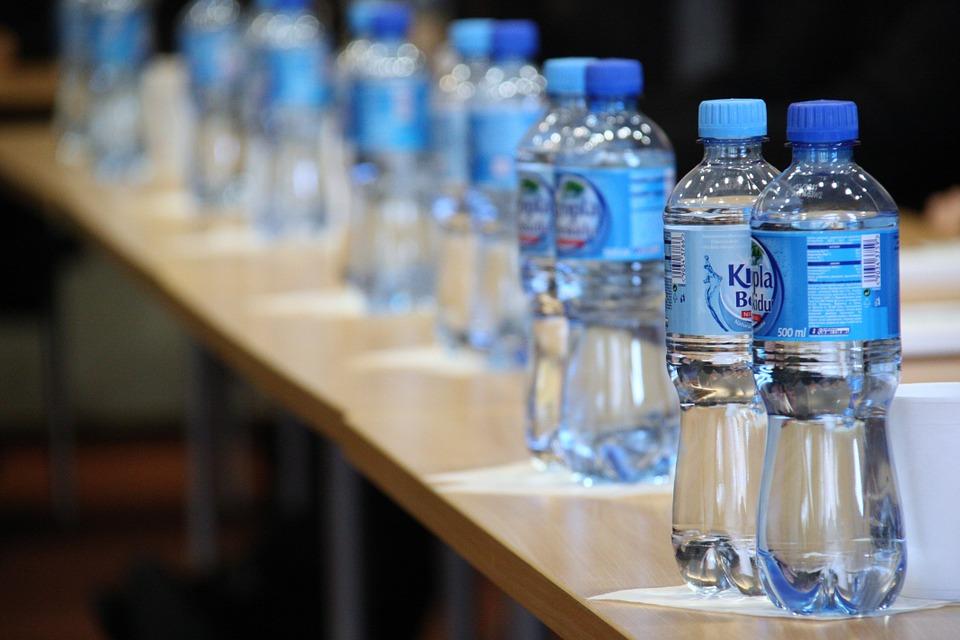Flaširanom vodom u organizam unosimo duplo više čestica mikroplastike