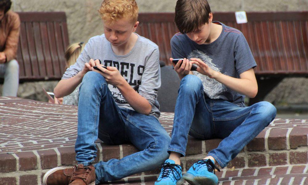 Ovisnost o pametnim telefonima: mladi u 'panici' kad im uskratite uređaj